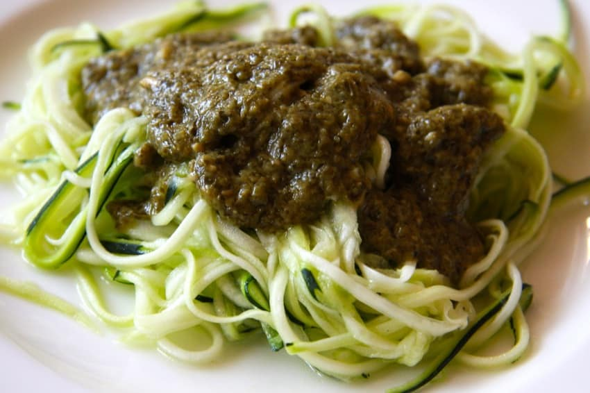 low carb rezept f r zucchini spaghetti mit basilikum pesto. Black Bedroom Furniture Sets. Home Design Ideas