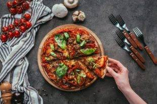 Low Carb Pizza mit Leinsamenteig