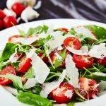 Low Carb ganz gesund: Rucola-Basilikumsalat mit Parmesan