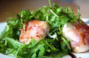 Gesund und Low Carb - Schafskäse im Speckmantel auf Rucola-Parmesan