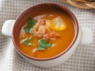 Low-Carb-Rezept für eine Tomaten-Kokossuppe mit Garnelen