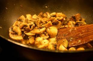 Ein vegetarisches Low-Carb-Rezept für eine schnelle Pilzpfanne