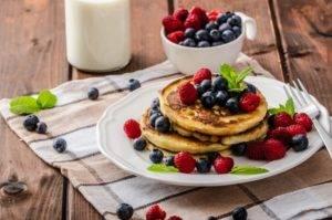 Kohlenhydratarme, zuckerfreie Mini-Pfannkuchen mit Beerenaufstrich