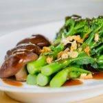 Ein einfaches und alltagstaugliches Low-Carb-Rezept: Brokkoli mit asiatischen Pilzen