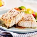 Low-Carb-Rezept für gedünsteten Fisch auf Gemüsebett