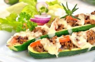 Rezept für gefüllte Zucchini - das perfekt Low-Carb-Rezept!