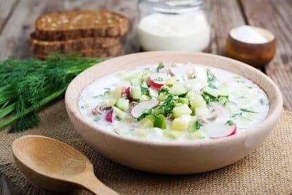 Low-Carb-Rezept für eine leichte Joghurt-Gemüsesuppe