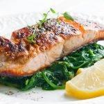 Ein einfaches, alltagstaugliches Low-Carb-Rezept: Lachs auf Spinat