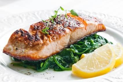 Low-Carb-Rezept für Lachs auf Spinat und Joghurtschaum