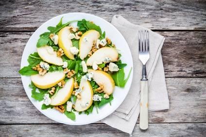 Low-Carb-Rezept für einen Rucola-Salat mit Schafskäse und Walnüssen