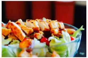 Salat mit Putenbruststreifen - gesund, Low Carb und mit jeder Menge Eiweiß