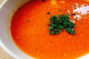 Eine cremige, kohlenhydratarme Tomaten-Paprika-Suppe