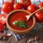 Ein leckeres Low-Carb-Rezept für eine cremige Tomaten-Radieschen-Suppe