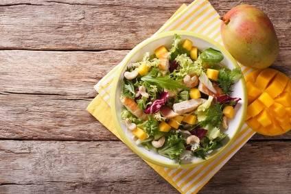 Low-Carb-Rezept für einen Mango-Avocadosalat