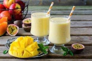 Ein sommerlicher, kohlenhydratarmer Mango-Buttermilch-Shake