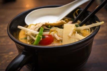 Low-Carb-Rezept für ein gelbes Curry mit Hühnchen und Tofu