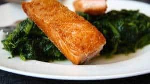 Dieses Rezept ist einfach und Low Carb zugleich: Lachs auf Spinat