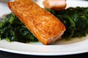 Low-Carb-Rezept für ein Lachsfilet auf Blattspinat