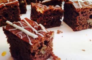 Kohlenhydratarme Macadamia-Brownies mit weißer Schokolade