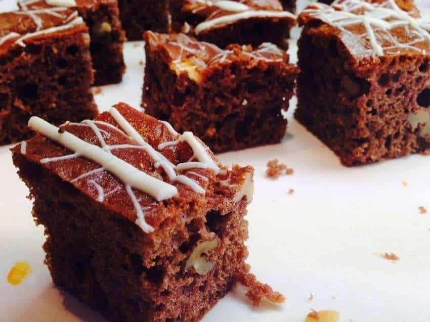 Macadamia-Brownies mit weißer Schokolade