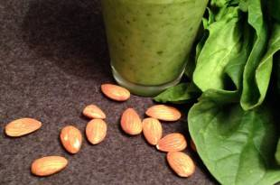 Ein kohlenhydratarmer Mandel-Spinat-Smoothie