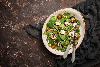 Low-Carb-Rezept für einen Spinatsalat