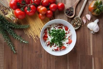 Low-Carb-Rezept für einen Tomatensalat