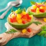 Low-Carb-Rezept für eine gefüllte Avocado