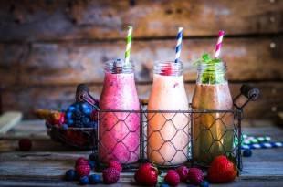 Leckere kohlenhydratarme Beeren-Smoothies