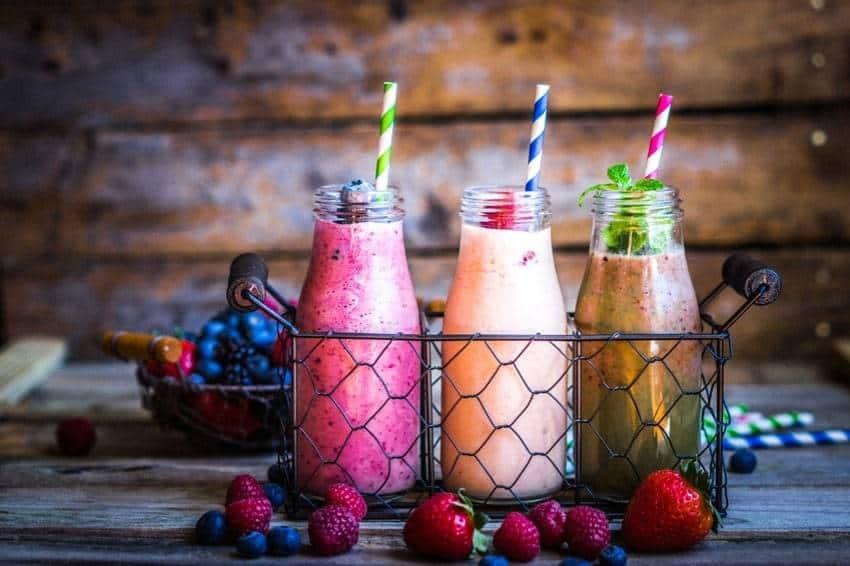 Frisch zubereitete Früchte-Smoothies