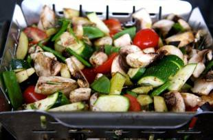 Gesunde, kohlenhydratarme Gemüsepäckchen zum Grillen