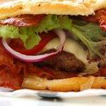 Low-Carb-Rezept für einen Bacon Burger
