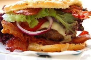 Ein saftiger Bacon Burger mit einem Low-Carb-Brötchen