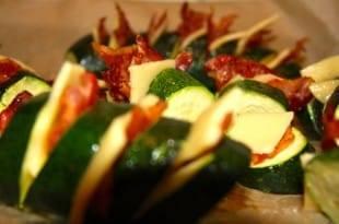 Ein leckeres Low-Carb-Rezept: Käse-Bacon-Zucchinis