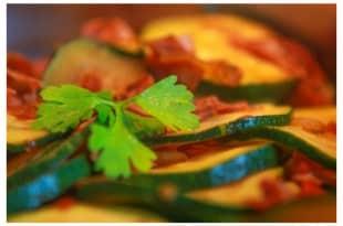 Low-Carb-Rezept für eine Zucchinipfanne mit Schinken und Tomaten