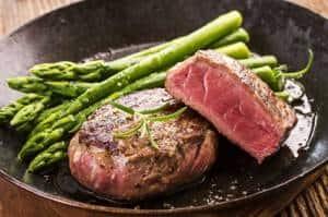 Steak mit frischem Spargel