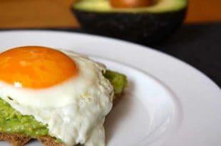 Die Kombination aus Avocado und Ei - ein köstliches Low-Carb-Rezept