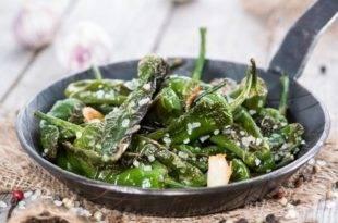 Ob als Low-Carb-Vorspeise oder Beilage: Grüne Bratpaprika mit Meersalz