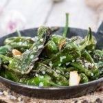 Low-Carb-Rezept für grüne Bratpaprika mit Meersalz