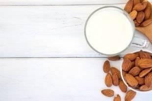 Mandelmilch stellt eine gute Low-Carb-Alternative zu normaler Milch dar