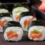 Leckeres, kohlenhydratarmes Sushi mit Blumenkohl