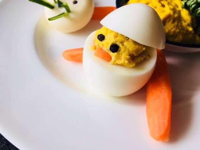 Osterküken - aus gefüllten Eiern